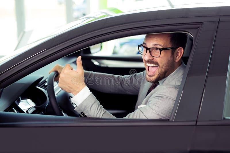 Retrato del cliente feliz que compra el nuevo coche imagenes de archivo