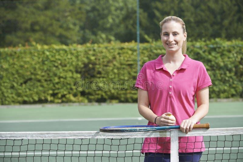 Retrato del coche de tenis de sexo femenino On Court fotos de archivo libres de regalías