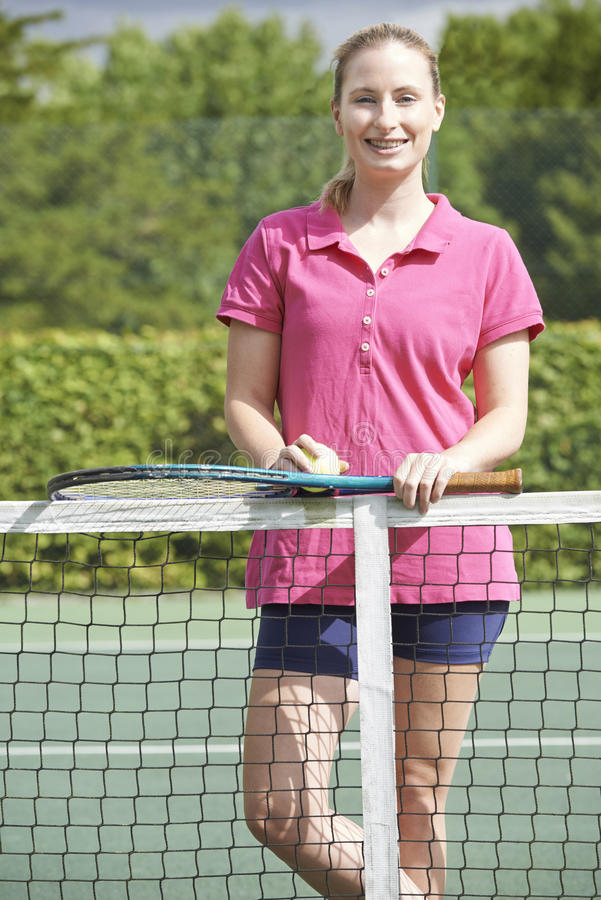 Retrato del coche de tenis de sexo femenino On Court imágenes de archivo libres de regalías