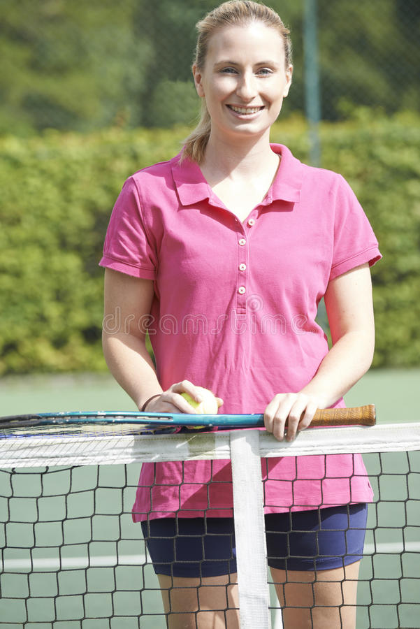 Retrato del coche de tenis de sexo femenino On Court foto de archivo