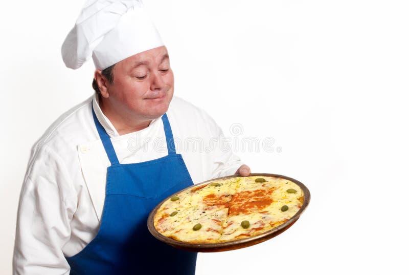 Retrato del cocinero atractivo feliz con la pizza foto de archivo libre de regalías