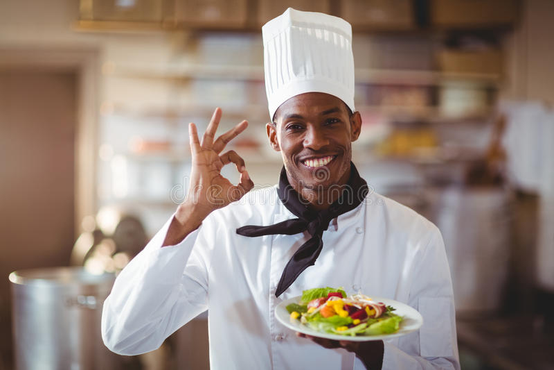 Retrato del cocinero feliz que hace la muestra aceptable imagen de archivo libre de regalías