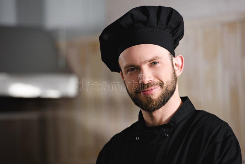 retrato del cocinero hermoso en cámara de mirada uniforme del negro en imagen de archivo libre de regalías