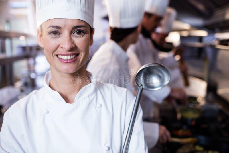 Retrato del cocinero que sostiene una cucharón foto de archivo
