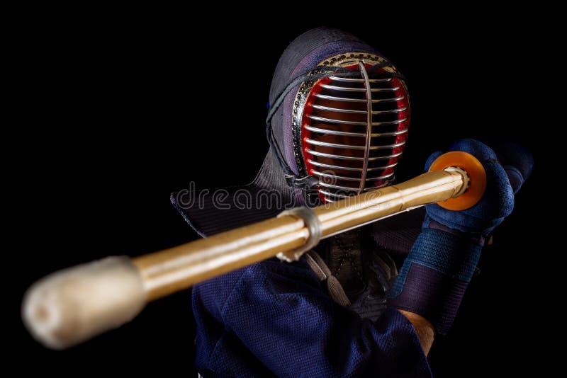 Retrato del combatiente del kendo del hombre con bokuto fotos de archivo