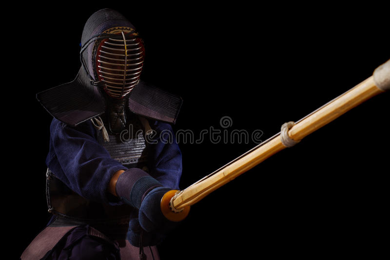 Retrato del combatiente del kendo del hombre con bokuto fotografía de archivo