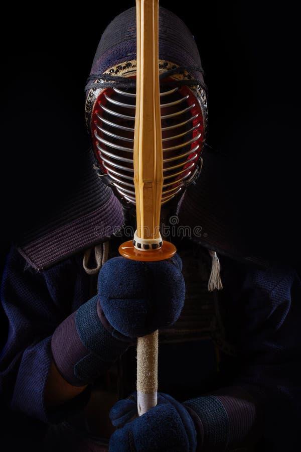 Retrato del combatiente del kendo del hombre con bokuto imagen de archivo libre de regalías