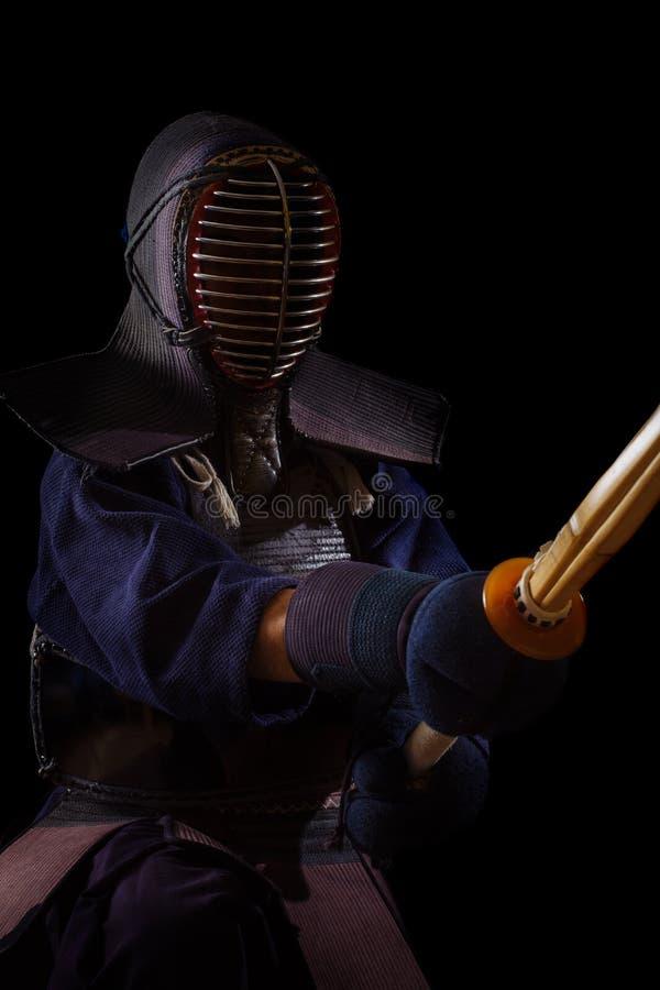 Retrato del combatiente del kendo del hombre con bokuto foto de archivo