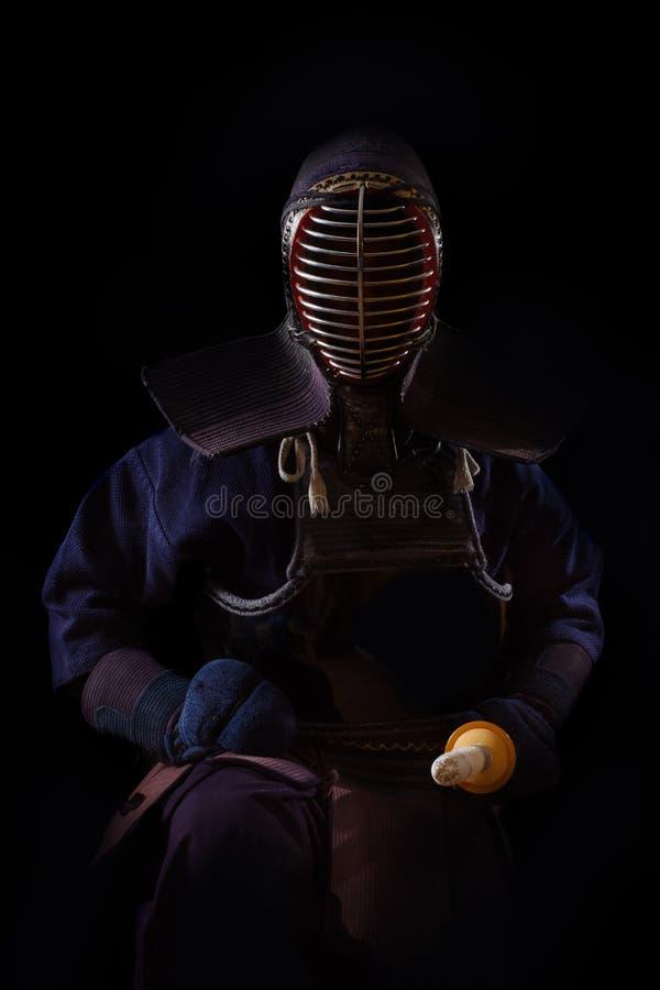 Retrato del combatiente del kendo del hombre con bokuto fotografía de archivo libre de regalías