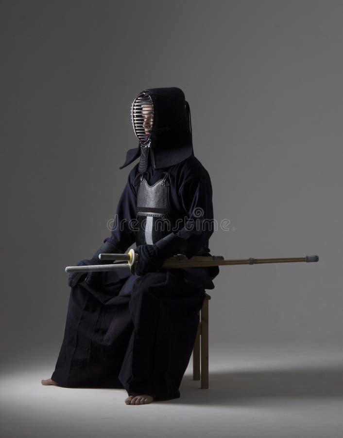 Retrato del combatiente del kendo del hombre con la espada de bambú en uniforme tradicional imagen de archivo libre de regalías