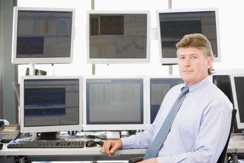 Retrato del comerciante común delante del ordenador foto de archivo