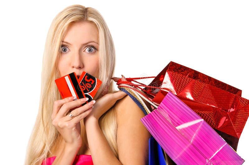 Retrato del comprador con los bolsos y la tarjeta del descuento foto de archivo libre de regalías