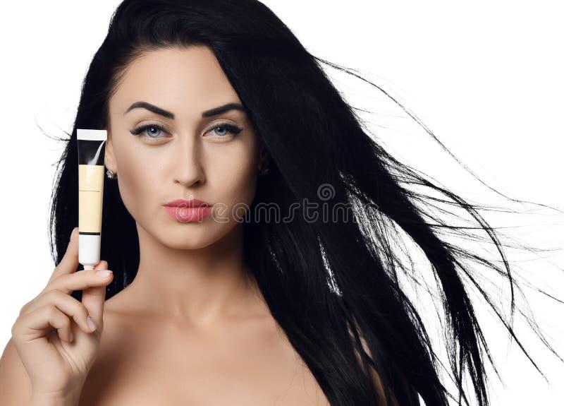 Retrato del concepto del anuncio de la morenita de la mujer con el pelo que agita en el viento que demuestra el pequeño tubo de l imágenes de archivo libres de regalías