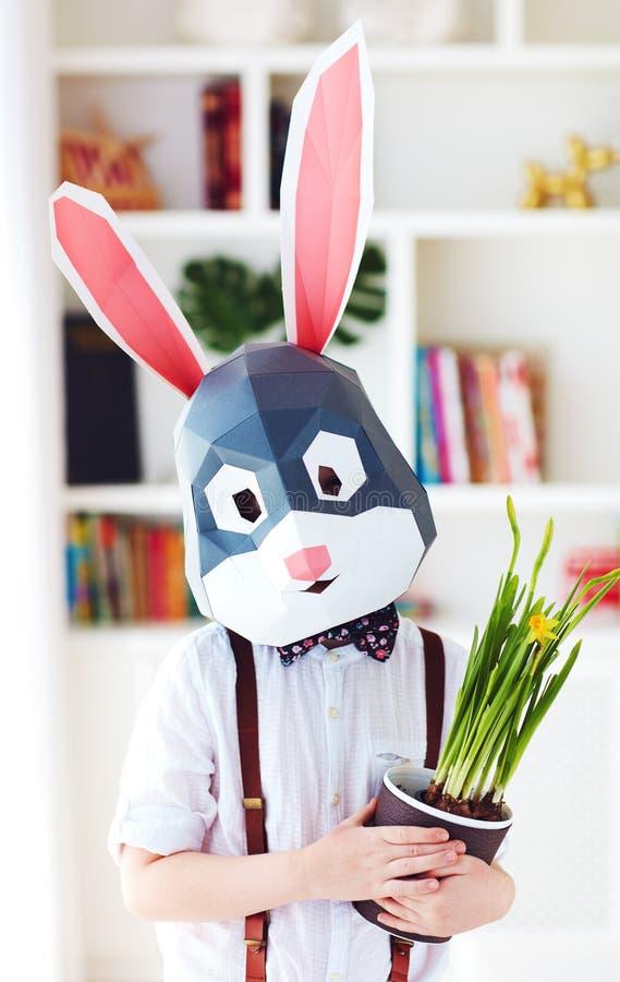 Retrato del conejo poligonal elegante con las flores en conserva de una primavera fresca, máscara poligonal de pascua imágenes de archivo libres de regalías