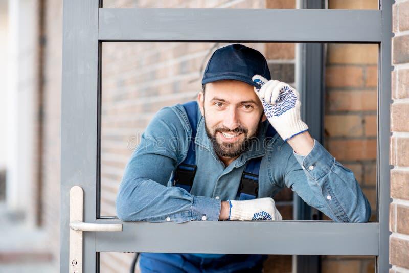 Retrato del constructor cerca de la puerta fotos de archivo libres de regalías