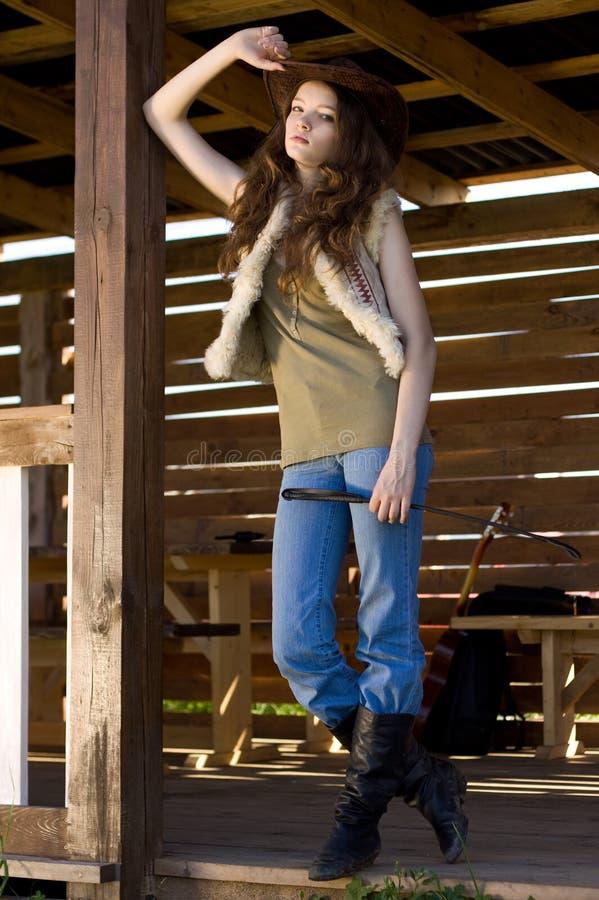 Retrato del cowgirl joven en stetson con el azote foto de archivo libre de regalías