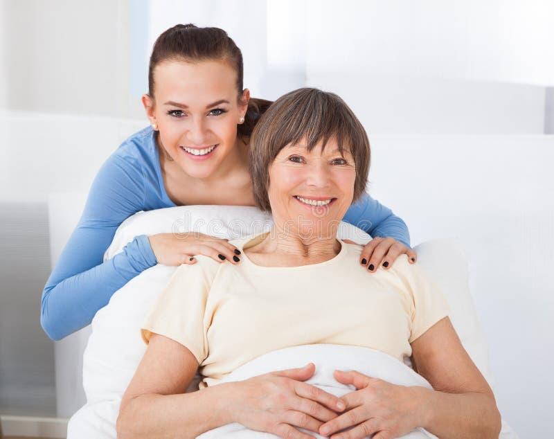 Retrato del cuidador feliz con la mujer mayor foto de archivo libre de regalías