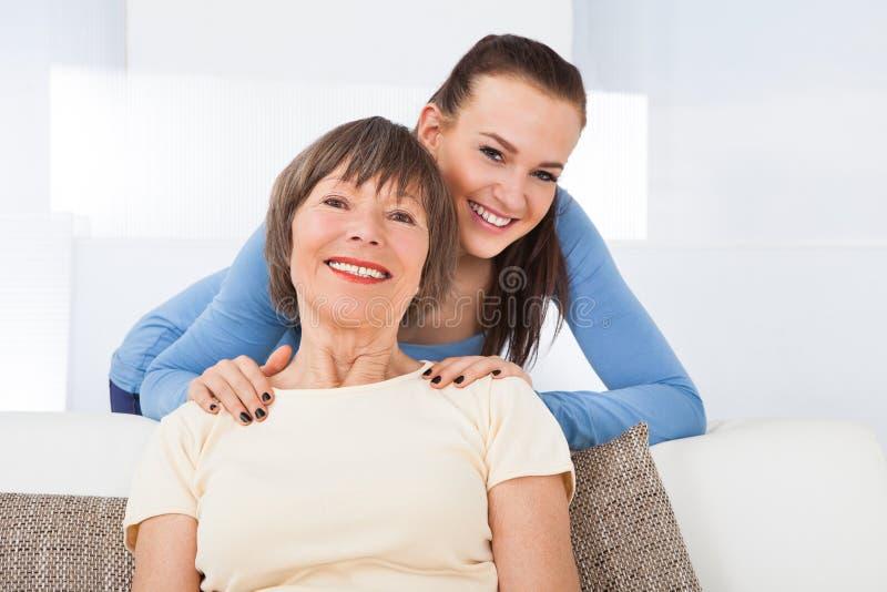 Retrato del cuidador feliz con la mujer mayor fotografía de archivo libre de regalías