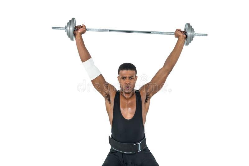 Retrato del culturista que levanta pesos pesados del barbell imagen de archivo