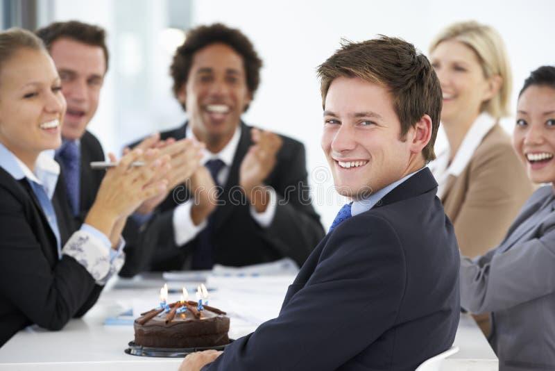 Retrato del cumpleaños de celebración ejecutivo masculino en los colegas de OfficeWith imagenes de archivo