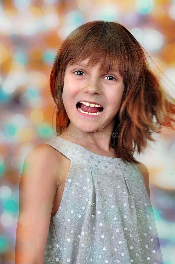 Retrato del día de fiesta del niño feliz contra fondo brillante fotografía de archivo