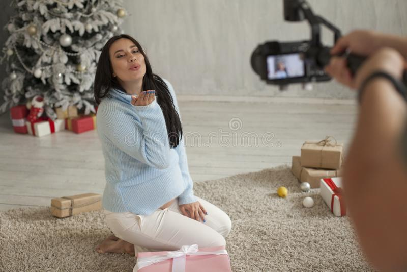 Retrato del día de fiesta hermoso del regalo del árbol del Año Nuevo de la Navidad de la mujer embarazada fotografía de archivo libre de regalías