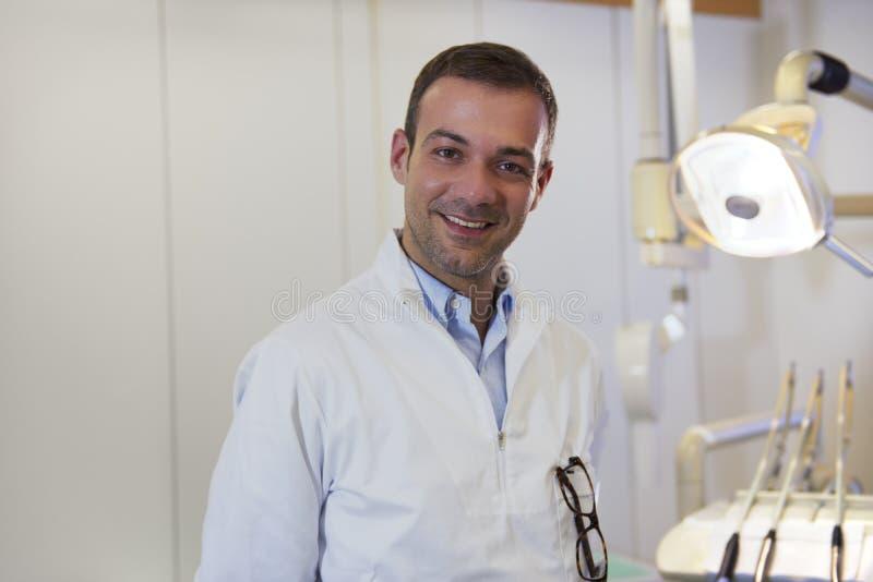 Retrato del dentista caucásico feliz que sonríe en la cámara foto de archivo libre de regalías