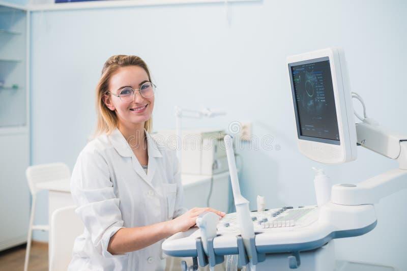 Retrato del dentista de sexo femenino joven en oficina imagen de archivo