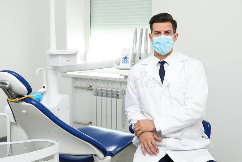 Retrato del dentista de sexo masculino profesional en clínica imágenes de archivo libres de regalías