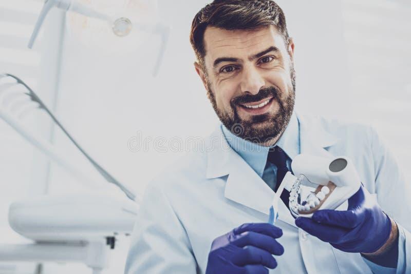 Retrato del dentista hermoso esa presentación en cámara fotografía de archivo libre de regalías
