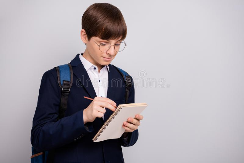 Retrato del desgaste secundario concentrado encantador de la mochila del bolso del bagpack del muchacho del control de la mano de imagenes de archivo