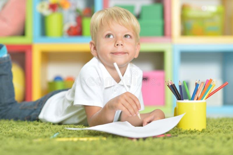 Retrato del dibujo del niño pequeño con los lápices fotografía de archivo libre de regalías