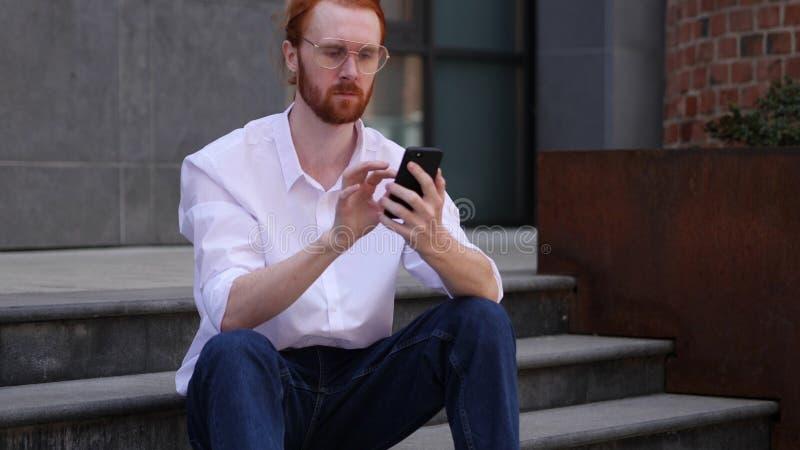 Retrato del diseñador Busy Using Smartphone foto de archivo libre de regalías