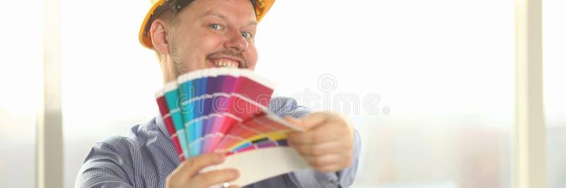 Retrato del diseñador de sexo masculino feliz Hold Color Palette imagen de archivo