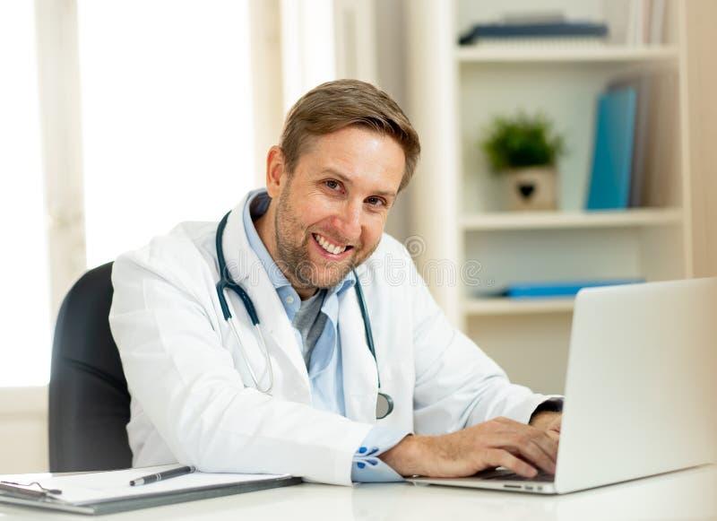 Retrato del doctor acertado del especialista que trabaja en la oficina del hospital que parece feliz y confiada foto de archivo