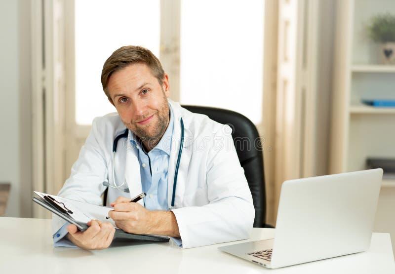 Retrato del doctor acertado del especialista que trabaja en la oficina del hospital que parece feliz y confiada imágenes de archivo libres de regalías