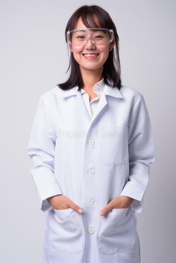 Retrato del doctor asiático hermoso de la mujer que lleva los vidrios protectores imágenes de archivo libres de regalías