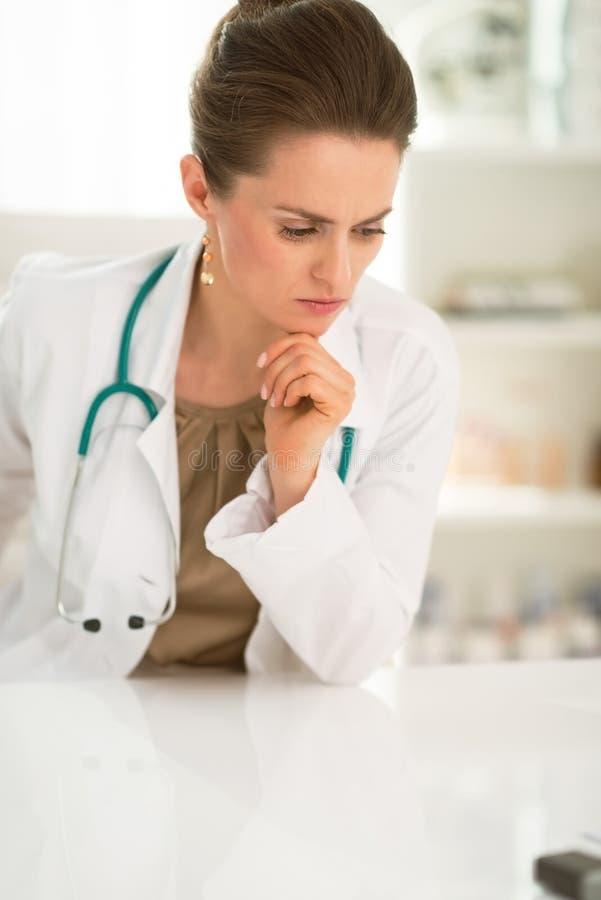 Retrato del doctor de sexo femenino en cuestión en la oficina imagen de archivo