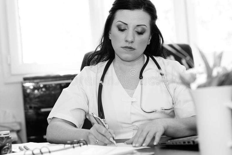 Retrato del doctor de sexo femenino joven, blanco y negro fotos de archivo libres de regalías