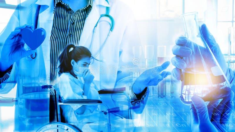 Retrato del doctor de sexo femenino joven con el estetoscopio que lleva a cabo el modelo rojo de la forma del corazón en el fondo fotos de archivo libres de regalías