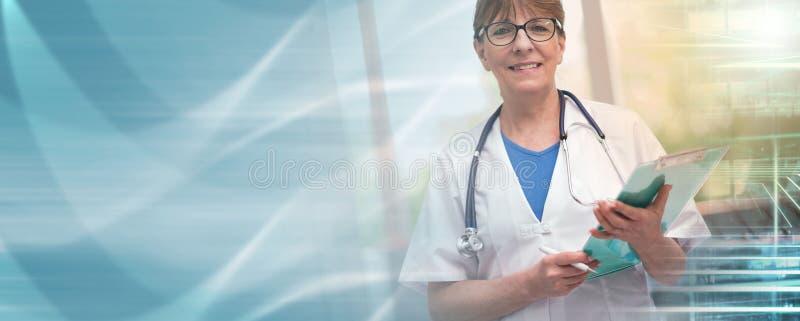 Retrato del doctor de sexo femenino que sostiene un tablero; exposición múltiple fotos de archivo libres de regalías