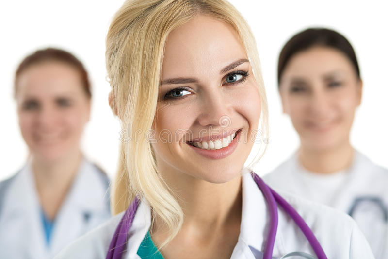 Retrato del doctor de sexo femenino rodeado por el equipo médico fotografía de archivo