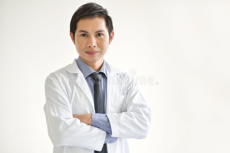 Retrato del doctor de sexo masculino asiático joven fotos de archivo