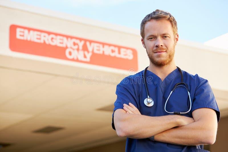 Retrato del doctor de sexo masculino Standing Outside Hospital imagenes de archivo