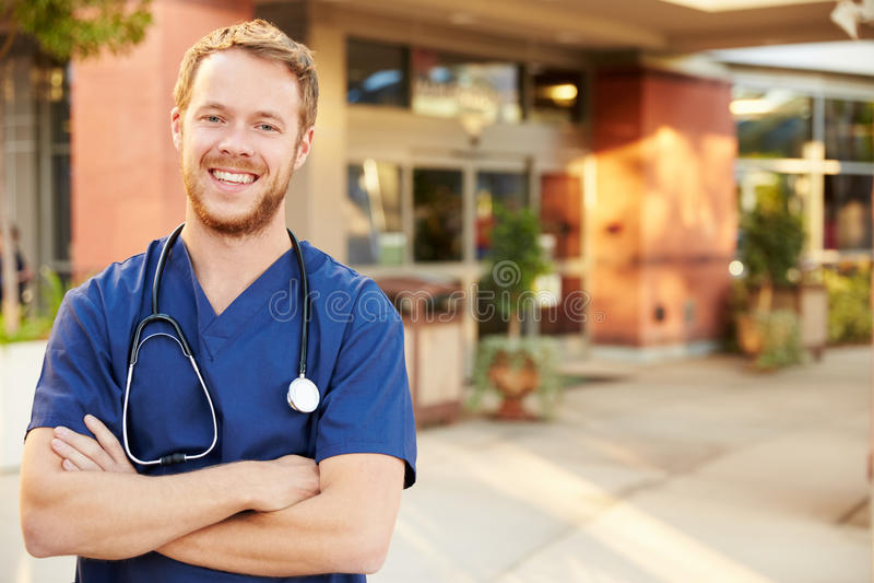 Retrato del doctor de sexo masculino Standing Outside Hospital imagen de archivo libre de regalías