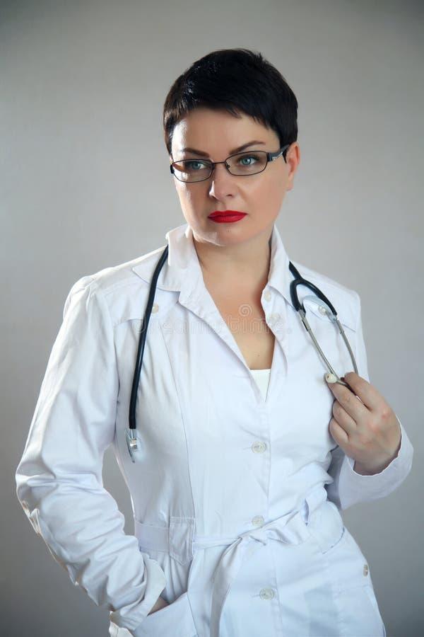 Retrato del doctor feliz alegre en hospital Doctor de sexo femenino cómodo fotos de archivo