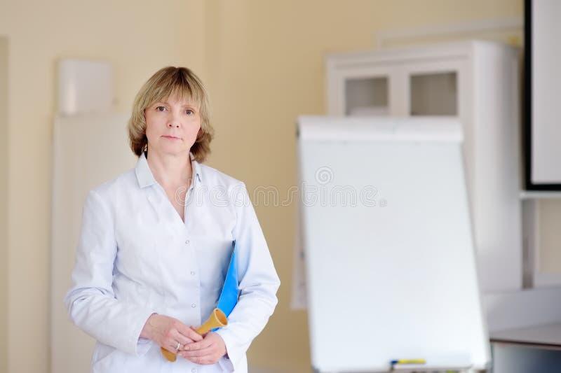 Retrato del doctor maduro de la mujer M?dico de cabecera Seguro m?dico foto de archivo