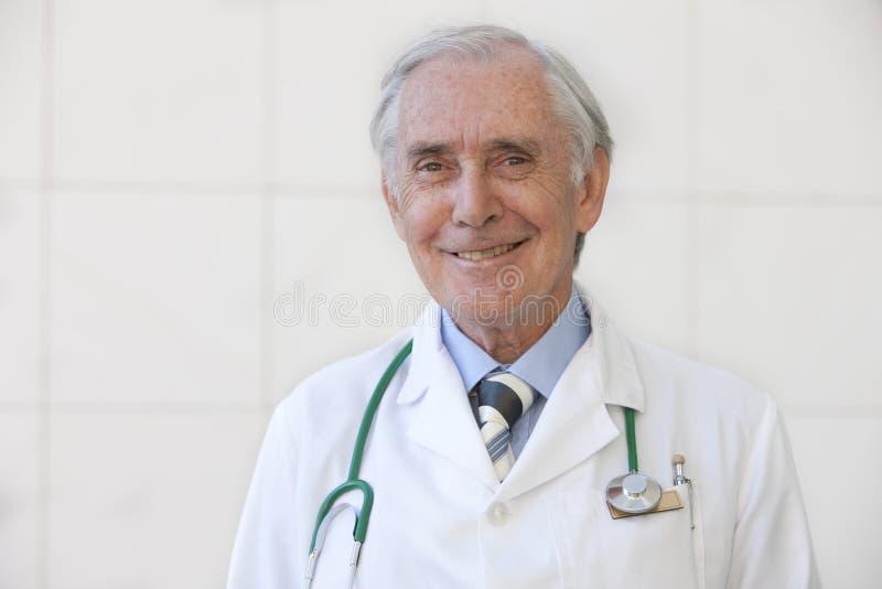 Retrato del doctor mayor foto de archivo libre de regalías