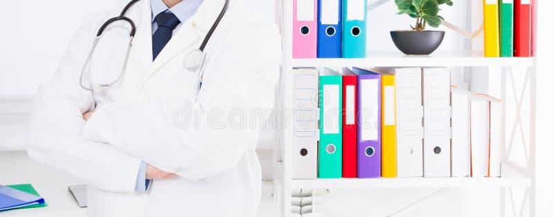 Retrato del doctor mayor en oficina m?dica fotos de archivo libres de regalías