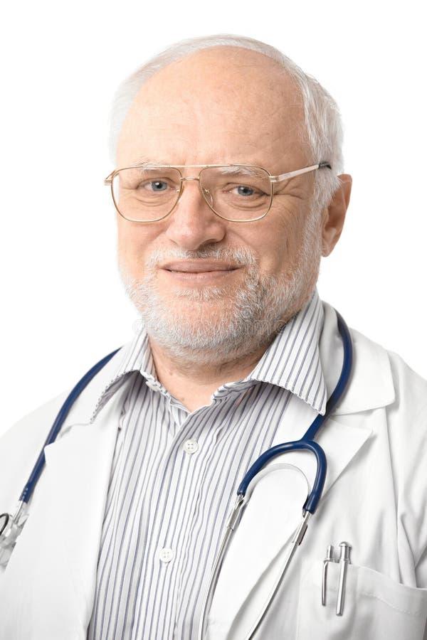 Retrato del doctor mayor que mira la cámara fotos de archivo